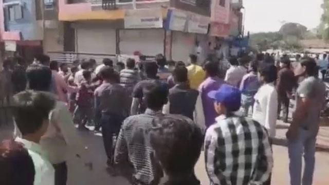LIVE मारपीट : धार में भाजपा कांग्रेसियों के बीच हुई मारपीट, लाईव वीडियो