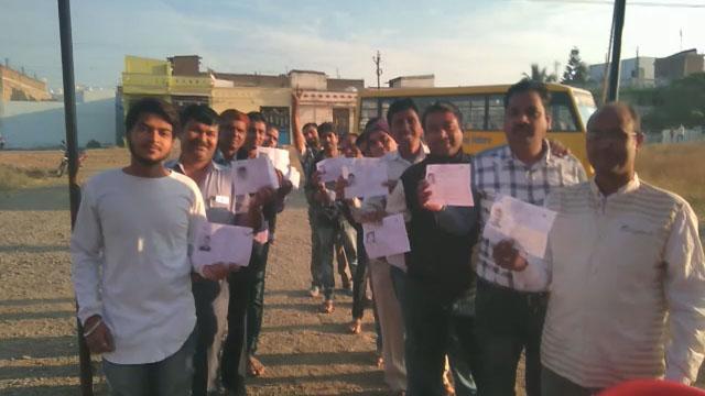 पीथमपुर में मतदान को लेकर युवाओं के बीच दिखा उत्साह