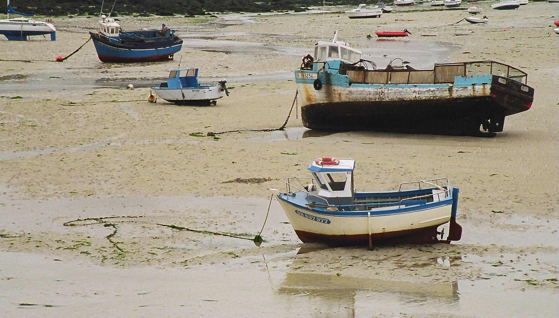 Portsall harbour low tide (near Brest, France)