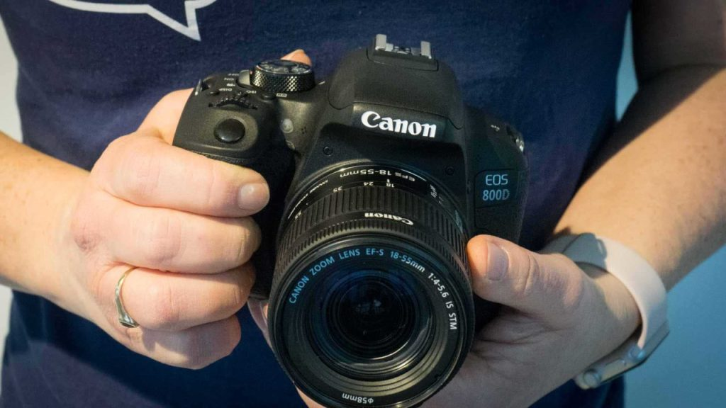 Canon 800D / Rebel T7i review: being held