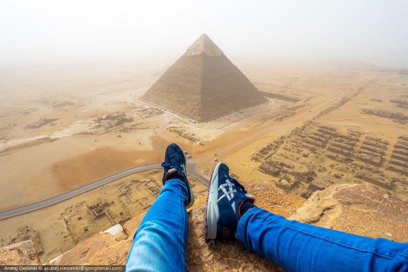 podrostok vzobralsya na piramidu Gizy 1