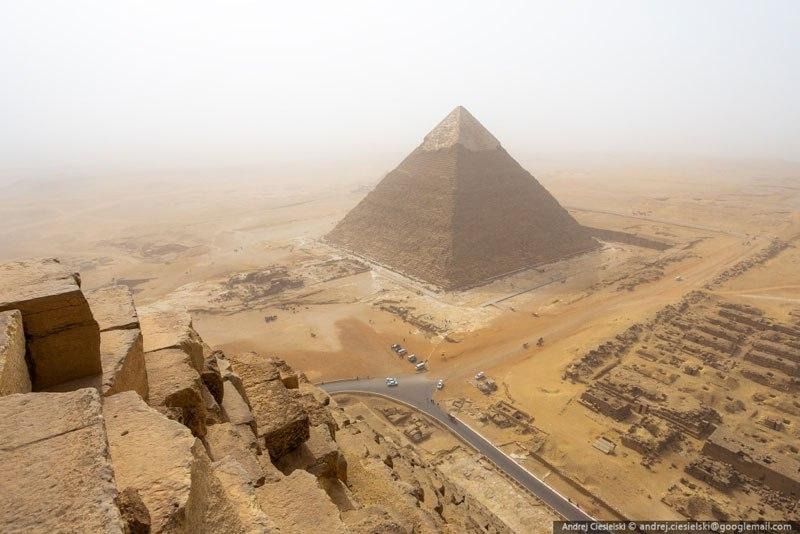 podrostok vzobralsya na piramidu Gizy 3