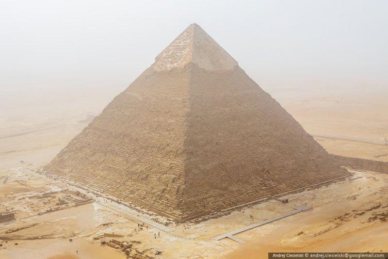 podrostok vzobralsya na piramidu Gizy 4