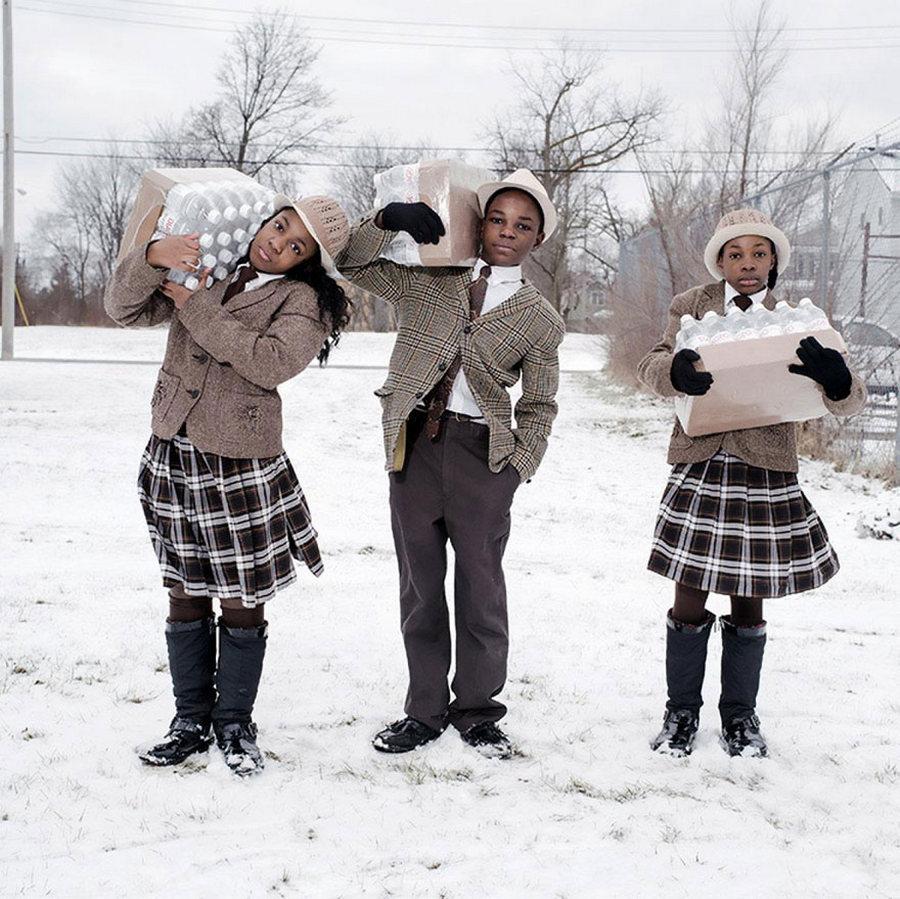 Мичиган мужийн Флинт хотын эгч дүүс... Тэд өдөр бүр хотынхоо гал сөнөөгчдөд савласан унды усыг нь хүргэж өгдөг байна. /Гэрэл зургийг Уэйн Лоуренс/