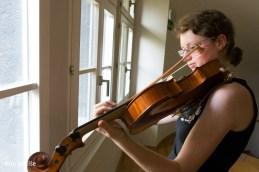 Še zadnja vaja pred koncertom violistke...