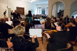 Anja Colja z orkestrom.