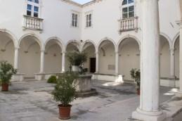 Atrij samostana je bil že v senci...