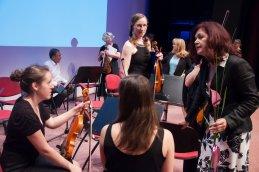 Violinistke ob pogovoru.