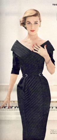 Modelo para a Revista Vigue em 1953 usando vestido do estilista da época Herbert Sondheim.