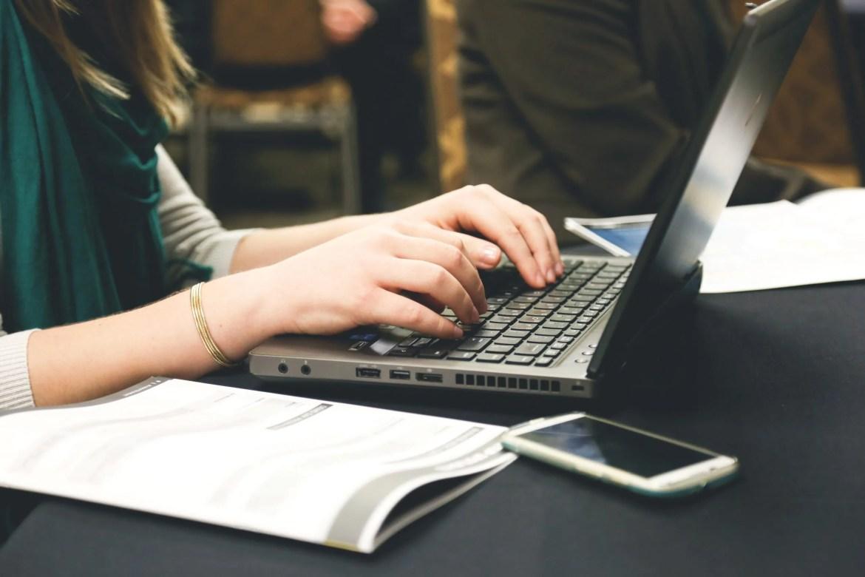 femme tapant cv ordinateur