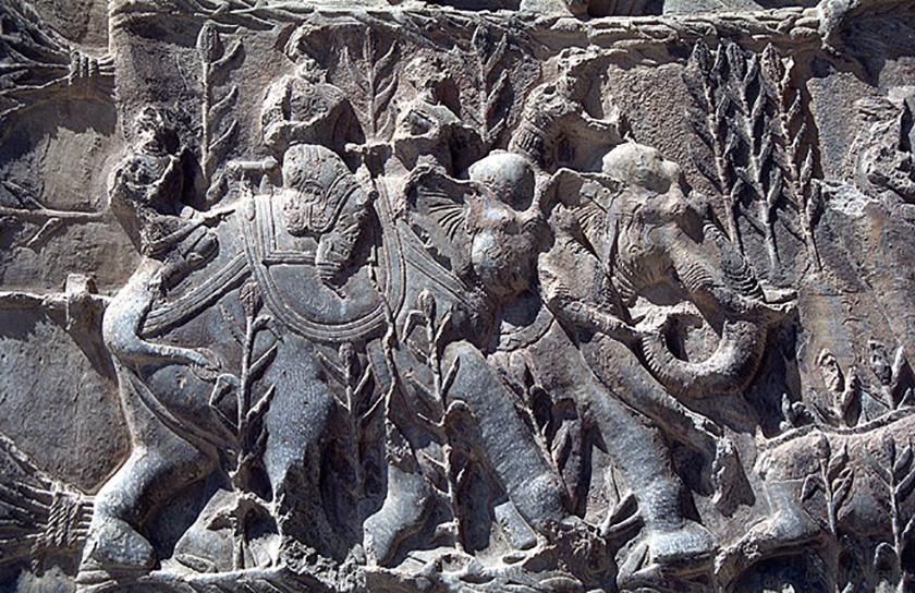 Relieve persas con elefantes en el ejercito