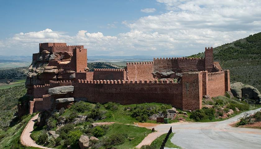 El impresionante Castillo de Peracense, fue remodelado durante la Guerra de los Dos Pedros
