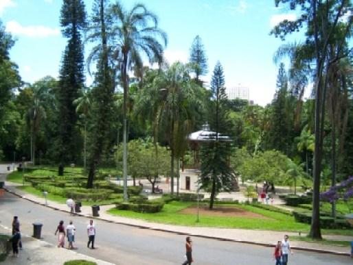 parque municipal pessoas caminhando alameda coreto