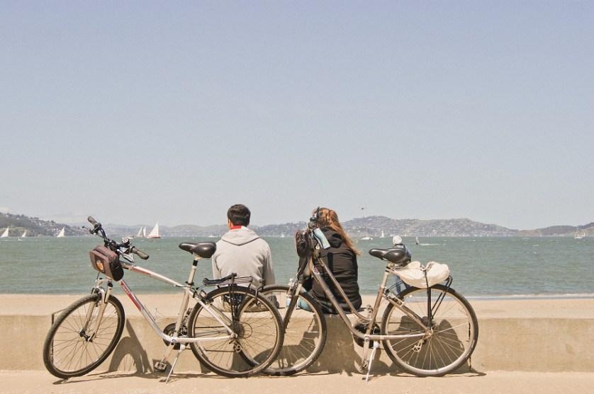 imagem-de-dois-turistas-com-suas-bikes
