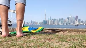 imagem-de-pernas-de-turista-com-tatuagem