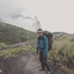 imagem-de-viajante-com-mochila-na-montanha