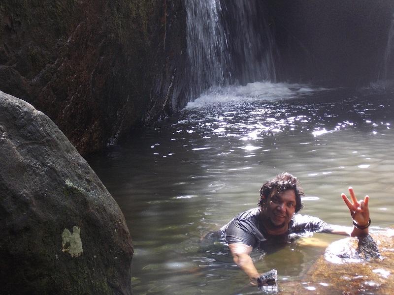 trindade e suas belezas naturais foto de homem na agua - Trindade. Belezas naturais praias e cachoeiras em harmonia.