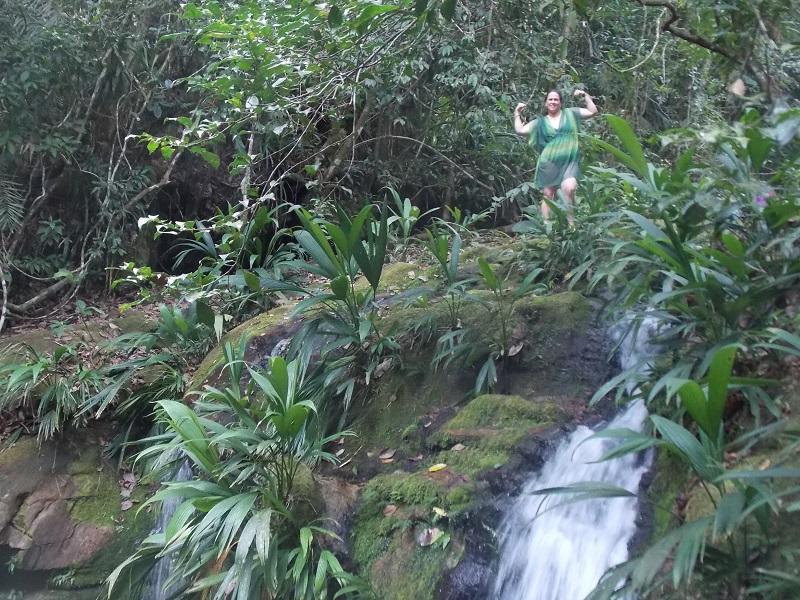 trindade e suas belezas naturais foto de queda dagua com pessoa na cabeceira da cachoeira - Trindade. Belezas naturais praias e cachoeiras em harmonia.