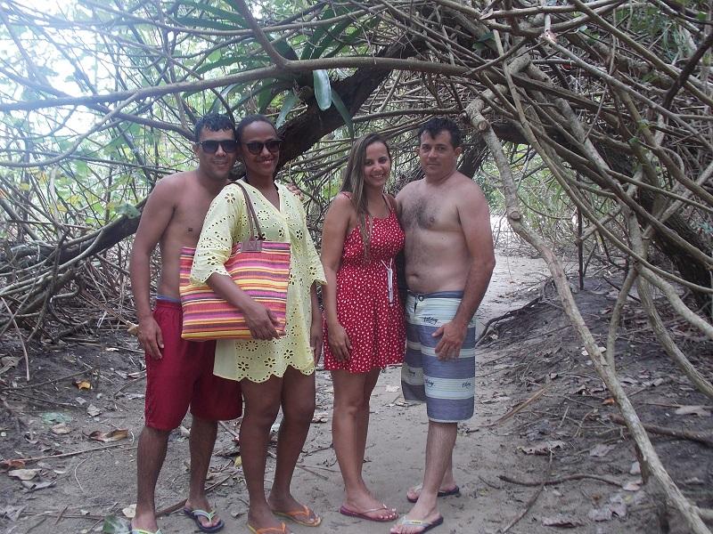 trindade e suas belezas naturais fotos de gruo de casais em crorredor formado por vegetaçao - Trindade. Belezas naturais praias e cachoeiras em harmonia.