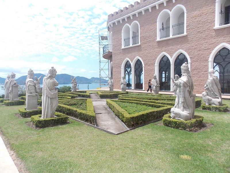 ubatuba ninguem dorme parte 2 foto de patio do mosteiro com estatuas dos apostolos - Ubatuba ninguém dorme – Parte II