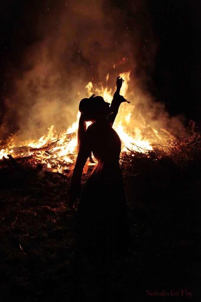 Beltane. Fonte: https://www.deviantart.com/natalialefay/art/Beltane-Fire-Dancer-379165430