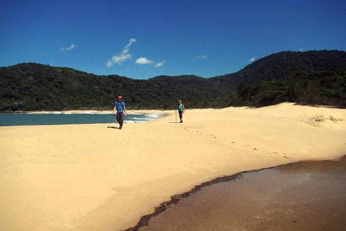 Meu irmão e minha mãe chegam na Praia da Lagoa, para nosso primeiro encontro