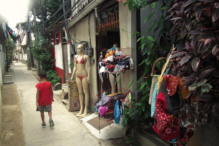 Uma das ruas principais da Ilha Gigóia