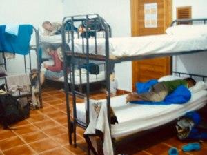 青い二段ベッドデン横になっている