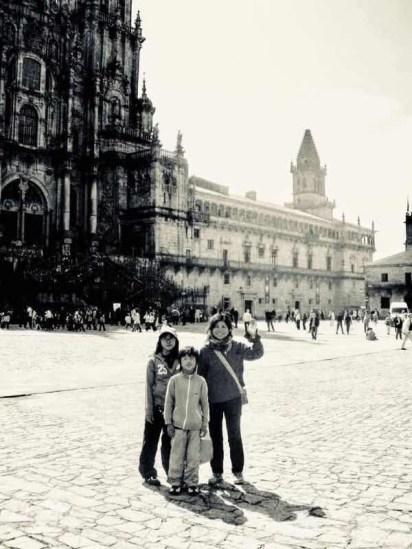 サンティアゴ大聖堂前で集合写真モノクロ
