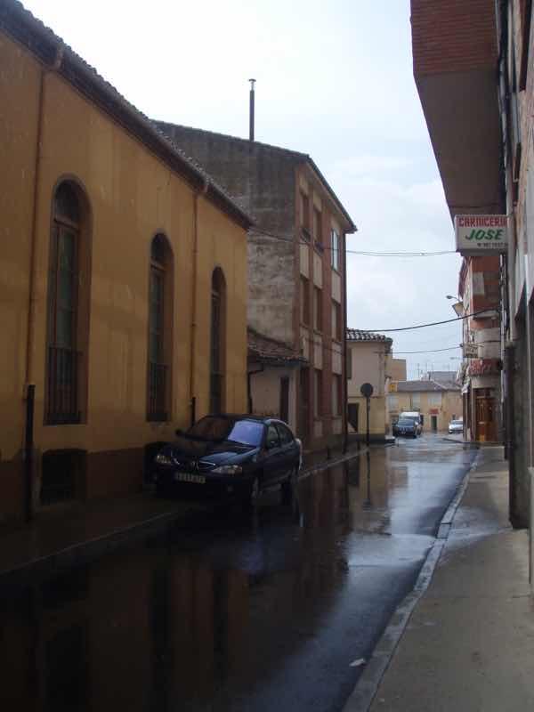 513 サアグーン 出発町は雨 サンティアゴ巡礼