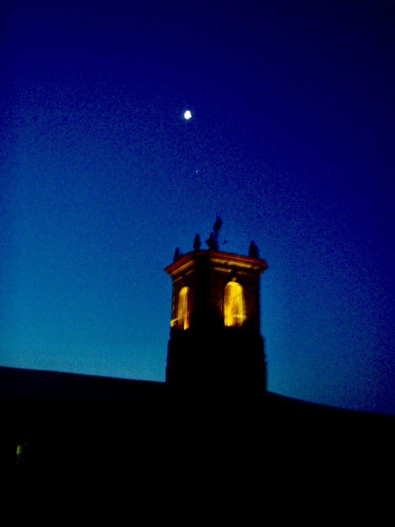 605サンティアゴアルベルゲ窓から教会 camino スペイン
