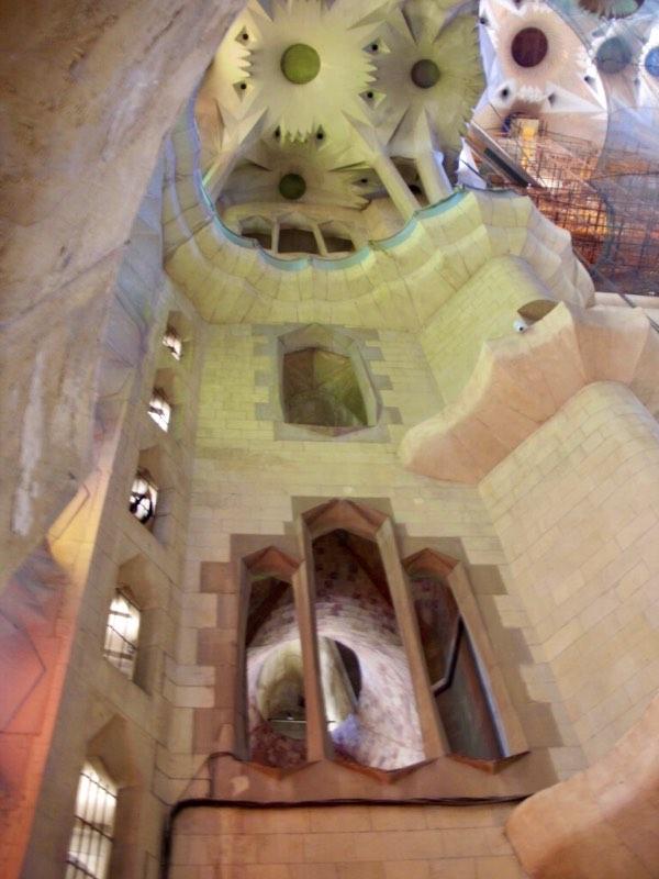 616サグラダファミリア 天井ギザギザ 柱見上げる窓