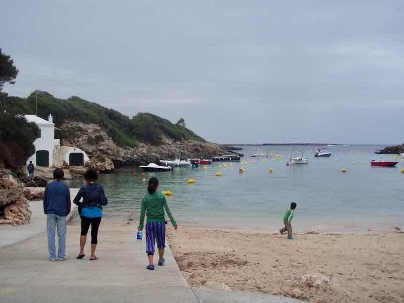 618メノルカ島Menorca 山ビーチ後ろ姿