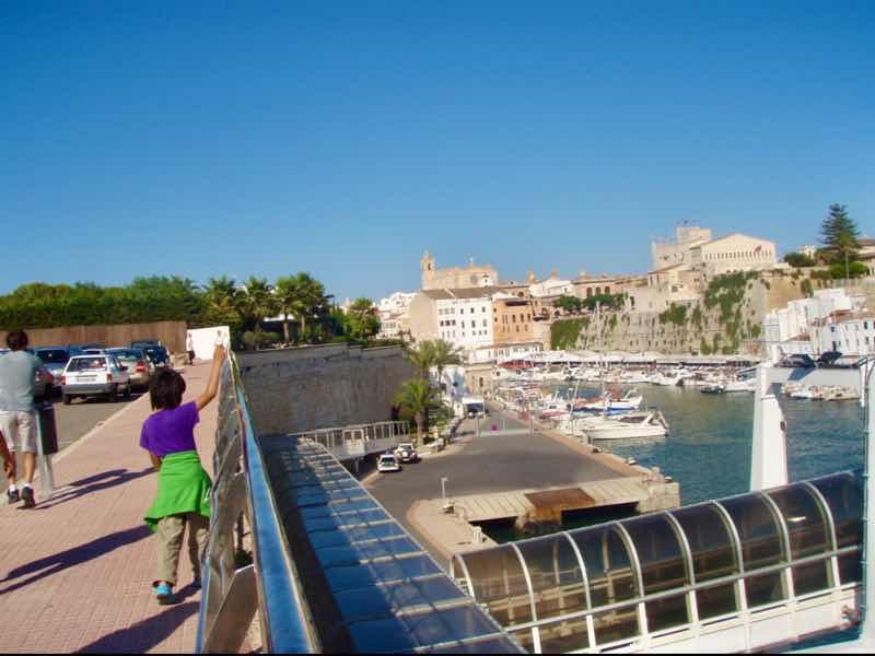 623メノルカ島 サンフアン 馬祭り Menorca 歩道