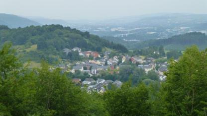 """Blick von der Tempelanlage auf den Ort """"Tawern"""""""