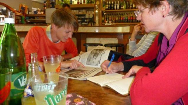 Barbara und Christa bei der gemeinsamen Recherche und Übersetzung des Zeitungsartikel.