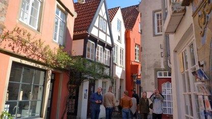 Die vielen kleinen Häuser wurden liebevoll renoviert. Kneipen, Cafes und Läden laden zum Bummeln ein.