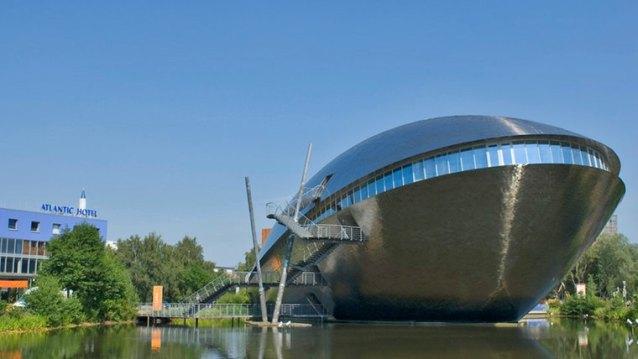 Etwas außerhalb der Innenstadt, im Universitätsviertel, steht das Erlebnismuseum Universum. Besucher können sich auf drei verschiedene Expeditionen zu den Themen Mensch, Erde und Kosmos begeben.