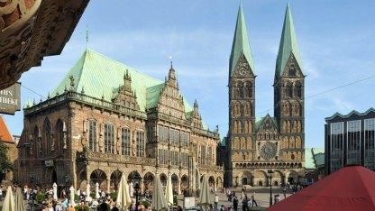 Der mächtige Dom mit den beiden markanten Türmen wurde im Verlauf der Jahrhunderte immer wieder zerstört und schwer beschädigt - auch im Zweiten Weltkrieg.