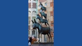 An der Westfassade des Rathauses stehen die wohl bekanntesten Einwohner Bremens: die Stadtmusikanten aus dem Märchen der Brüder Grimm. Wer die Vorderbeine des Esels berührt, hat einen Wunsch frei.