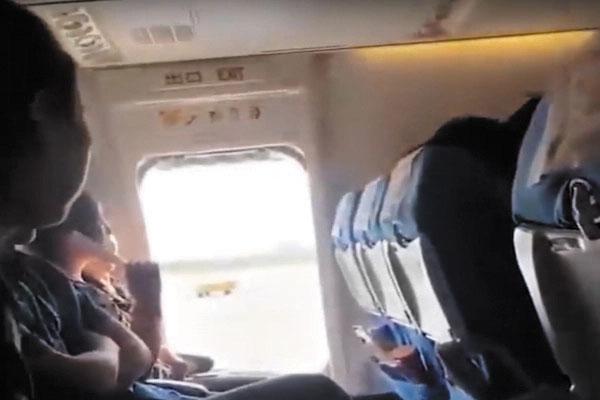 """Una pasajera abrió la puerta del avión en pleno vuelo porque quería """"aire fresco"""""""