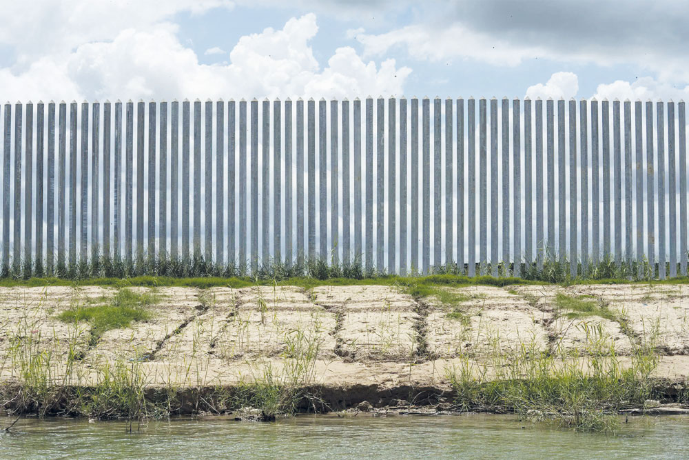 El muro fronterizo privado se está erosionando