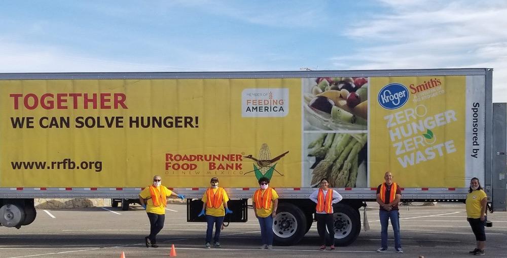 Personal del condado apoyando entrega de alimentos