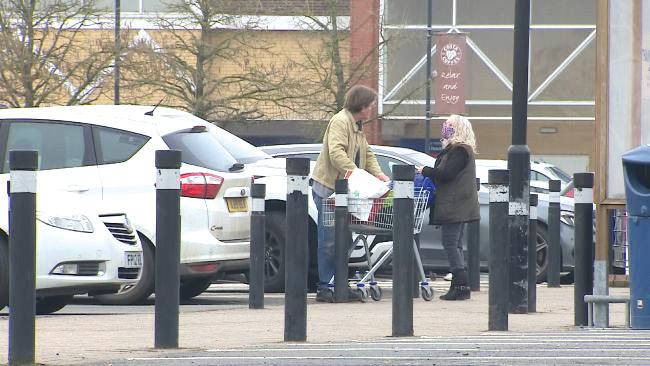 Unos 100 autos misteriosamente dejan de funcionar al mismo tiempo en el estacionamiento de un supermercado en Inglaterra.