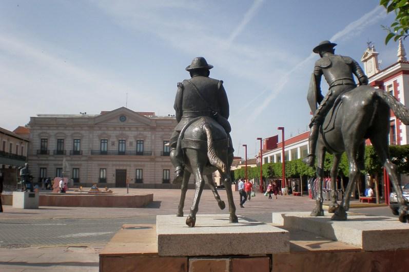 Alcázar de San Juan: Monumento al Quijote en la Plaza de España