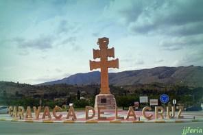 Monumento a la Cruz de Caravaca en la rotonda de las afueras de la Ciudad.