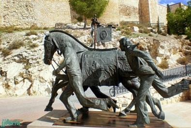 Monumento a los caballos del vino en la cuesta del castillo.
