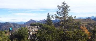 Sulla cresta di confine tra il monte Corona ed il monte Carnizza