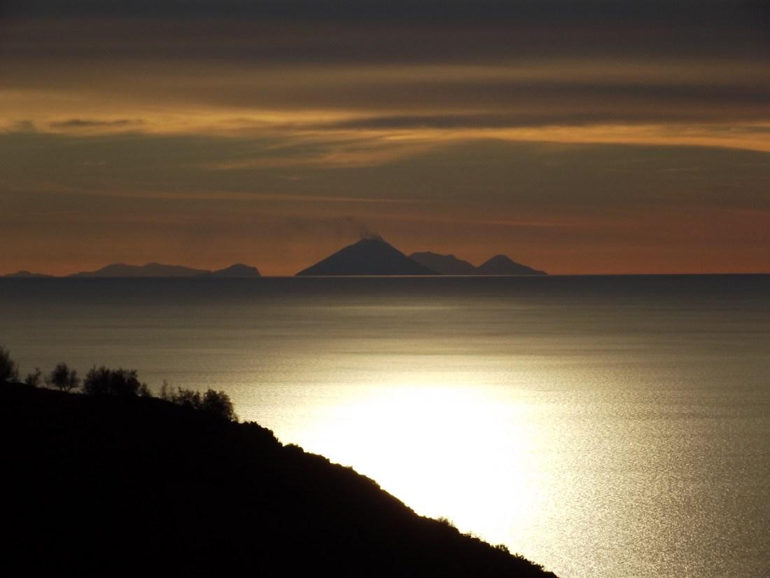 11. Isole Eolie viste da Paola.JPG