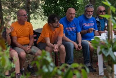 Cammino Terre Mutate Tappa 3 Camerino Fiastra uomini a riposo